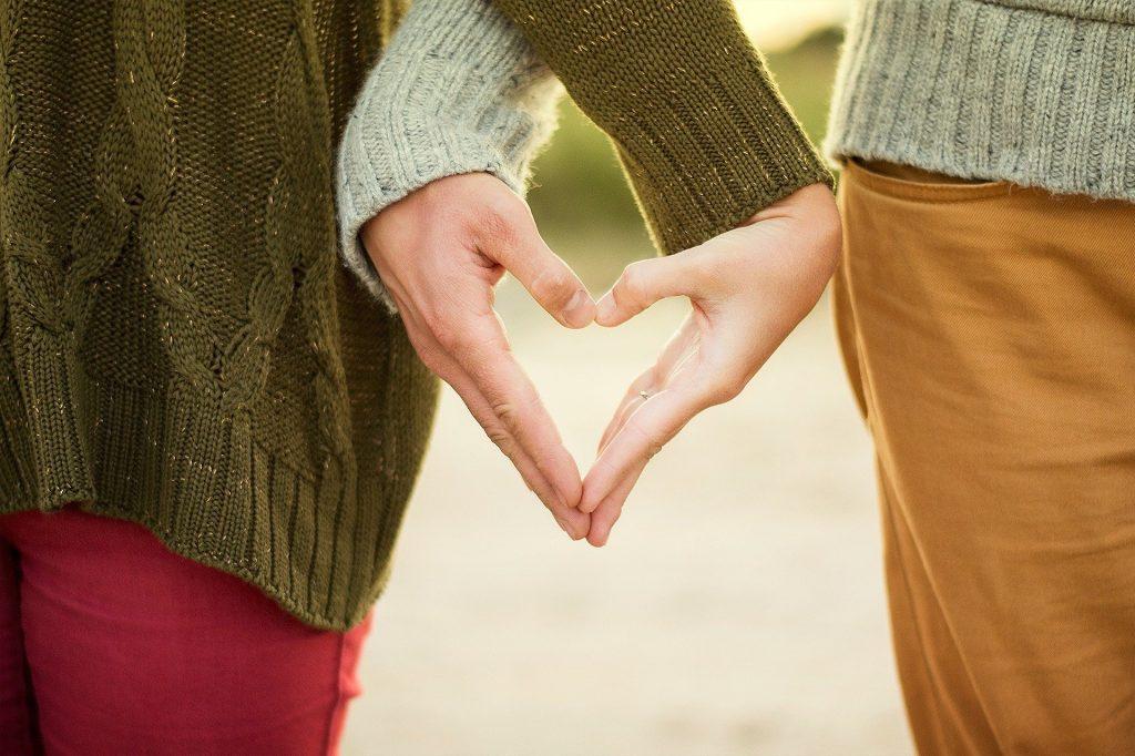 Me amaran en la medida que me ame a mi minsmo manos formando un corazon psicologia Iyoud