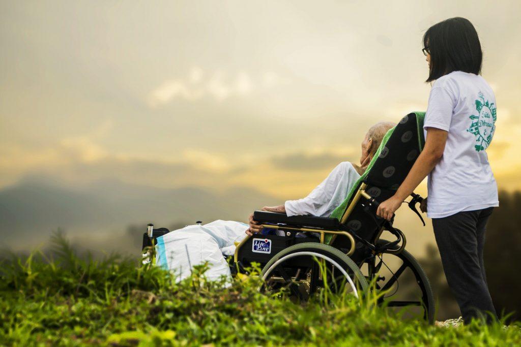 Cuidado y atención profesional a pacientes con enfermedades terminales. Psicología Iyoud.